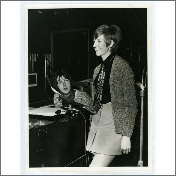 B21394 - Paul McCartney & Cilla Black 1968 Vintage Photograph (UK)