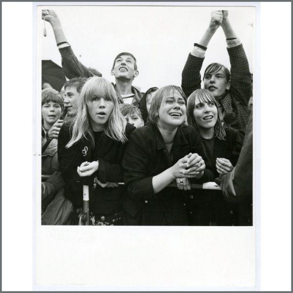 B26030 - Beatles Fans 1960s Hamburg Photograph Gunter Zint (Germany)