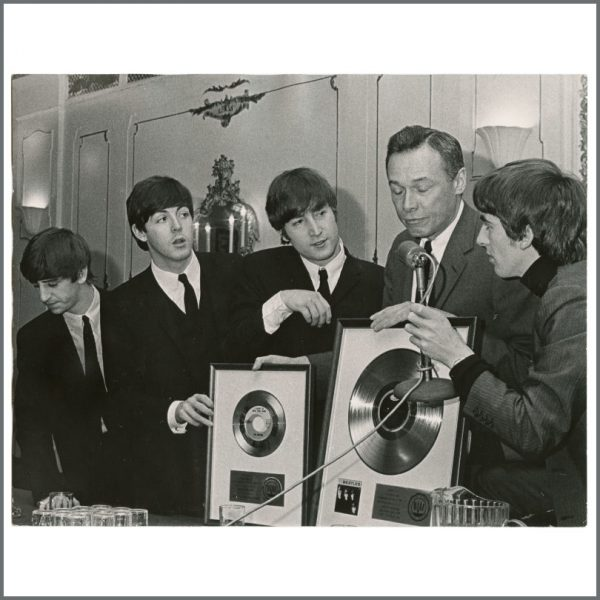 B27518 - The Beatles 1964 New York Capitol Records Vintage Photograph (Germany)